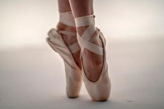 Procuramos bailarinas de ballet entre os 16 e os 20 anos para projeto