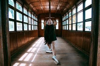 Procuramos bailarinas entre os 13 e os 18 anos para projeto