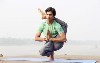 Procuramos homem praticante de yoga entre os 25 eos 35 anos para projeto