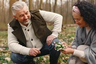 Procuramos casais entre os 60 e os 70 anos para projeto